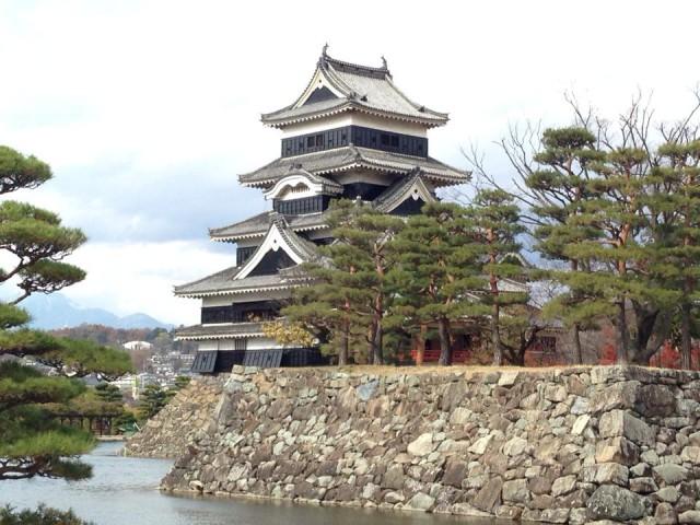 天気予報は雨でしたが、晴れ間も見えてきて、りりしい姿の松本城です。