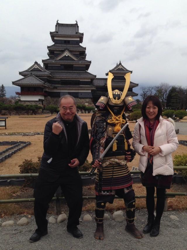 国宝松本城は黒く塗られているため別名からす城とも呼ばれています。戦国武将と記念撮影。
