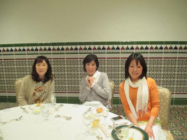 左から、幹事の奥様、会長の奥様、事務局員